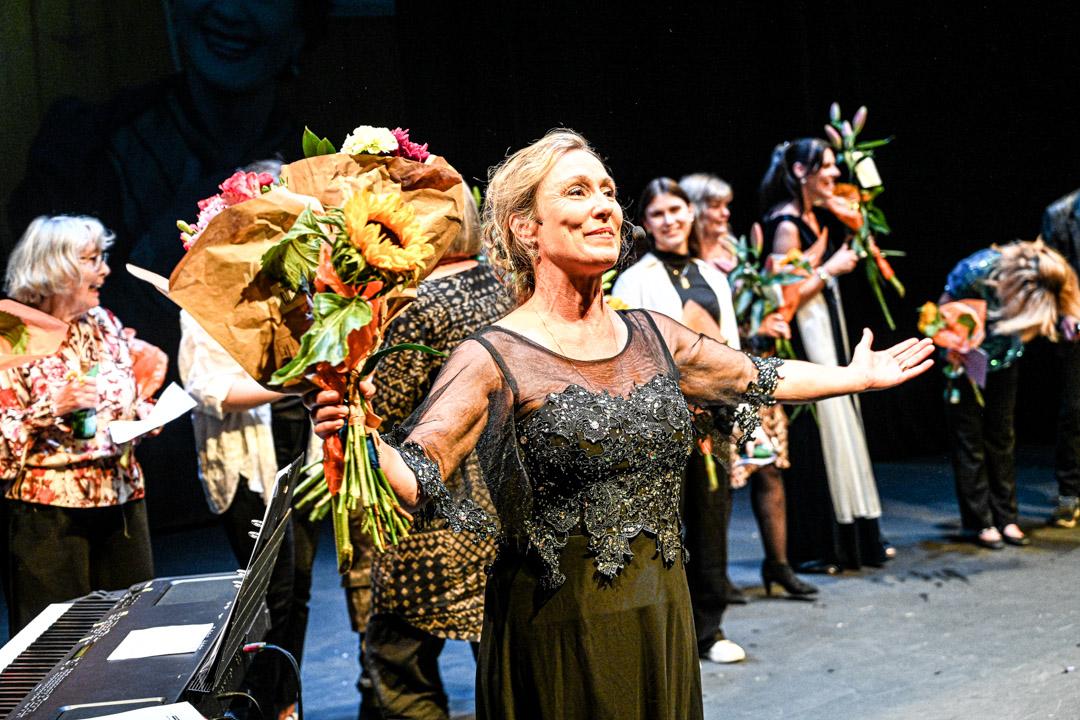 Mia Poppe får blommor och applåder